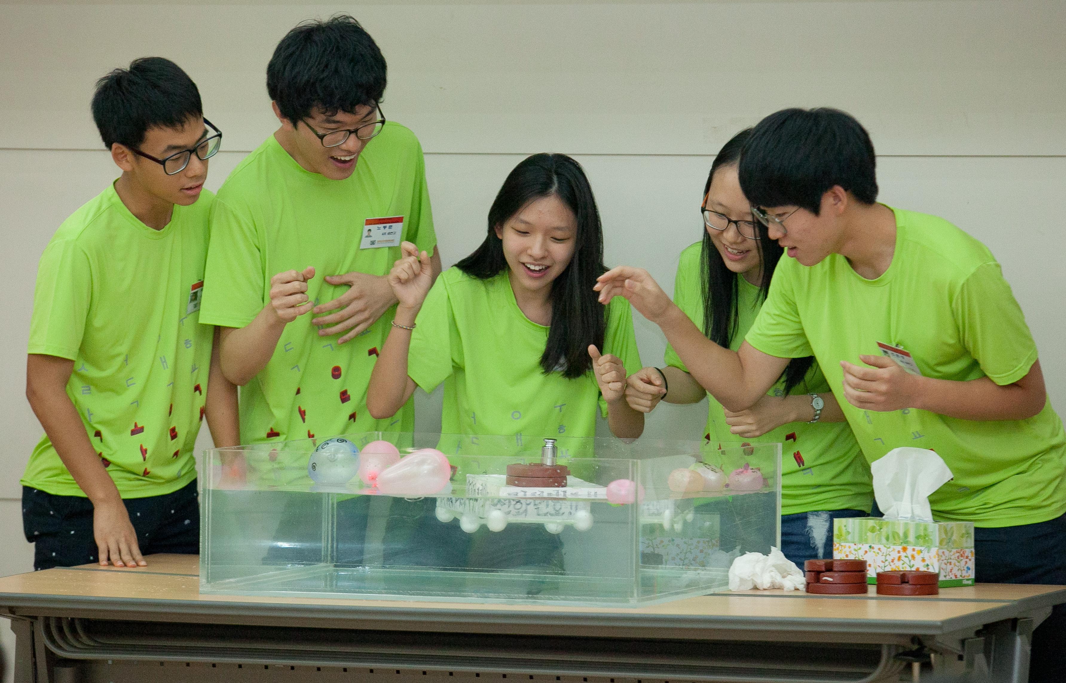 청소년 공학 프론티어 캠프에 참가한 학생들의 모습