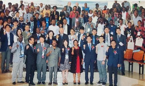탄자니아 아루샤의 서울대 적정과학기술거점센터 개소식 단체 사진