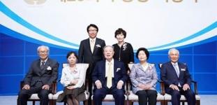김상하 이사장(앞줄 가운데)과 수상자 부부. 앞줄 좌측 조봉래 교수 부부, 앞줄 우측 정기준 교수 부부, 뒷줄 박수영 교수 부부